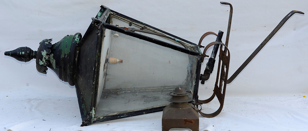 Station Platform Lamp Complete With Its Mounting