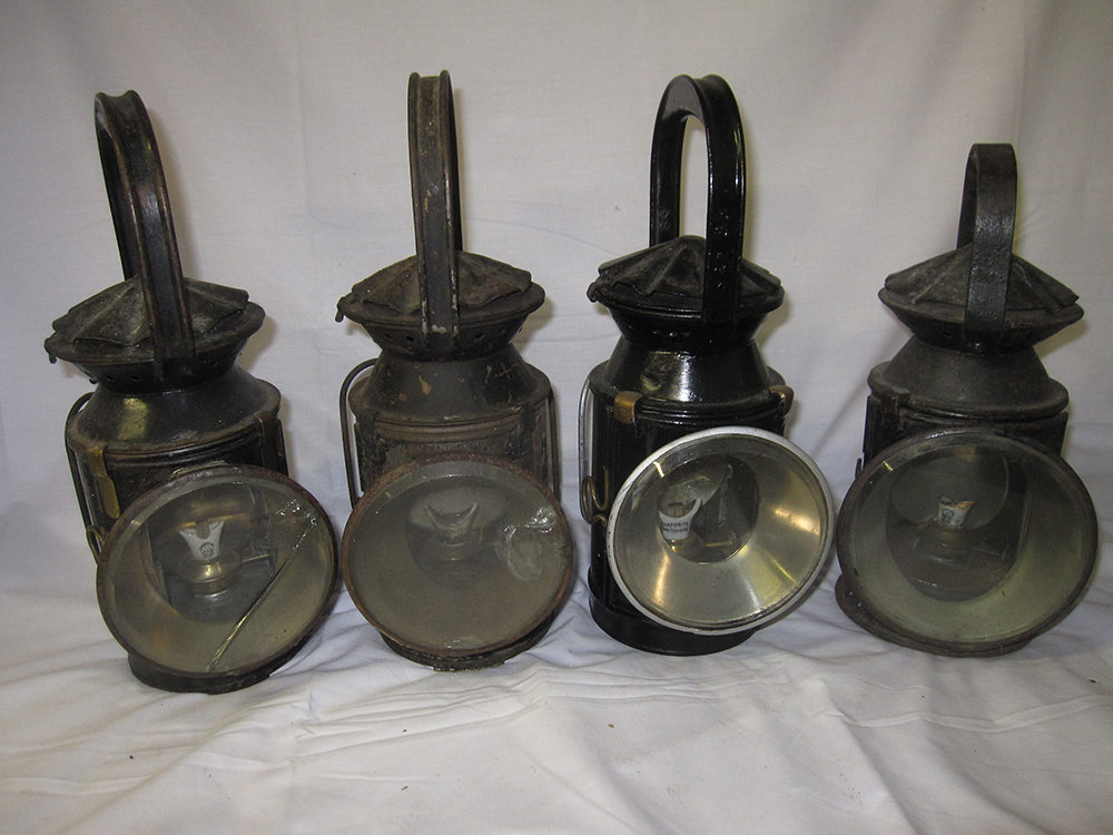A Lot Containing 4 X SR Standard Guards Hand Lamps